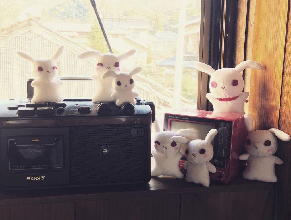 備品のラジオの周りで騒ぐ葵ちゃんズ