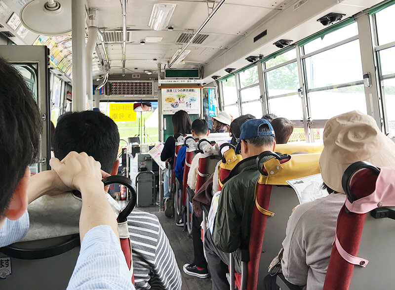 無料シャトルバス内でのおじさんガイド